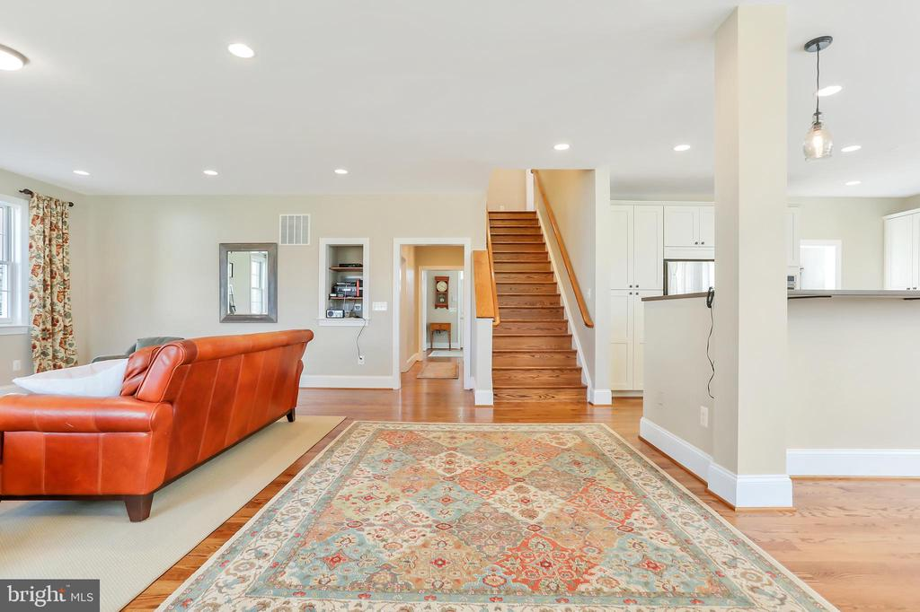 Wide Staircases - 20131 DAIRY LN, STERLING