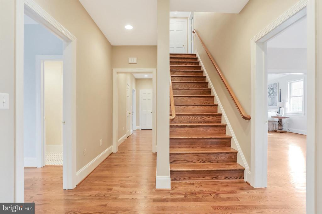 Hardwood Floors on three levels - 20131 DAIRY LN, STERLING