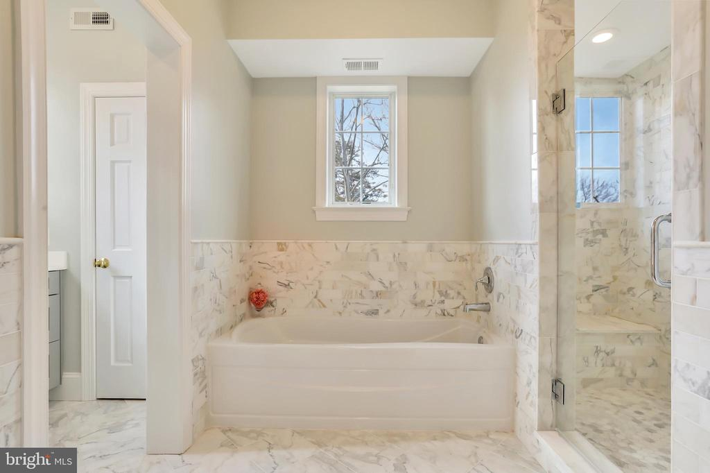 Luxury Bath with marble - 20131 DAIRY LN, STERLING