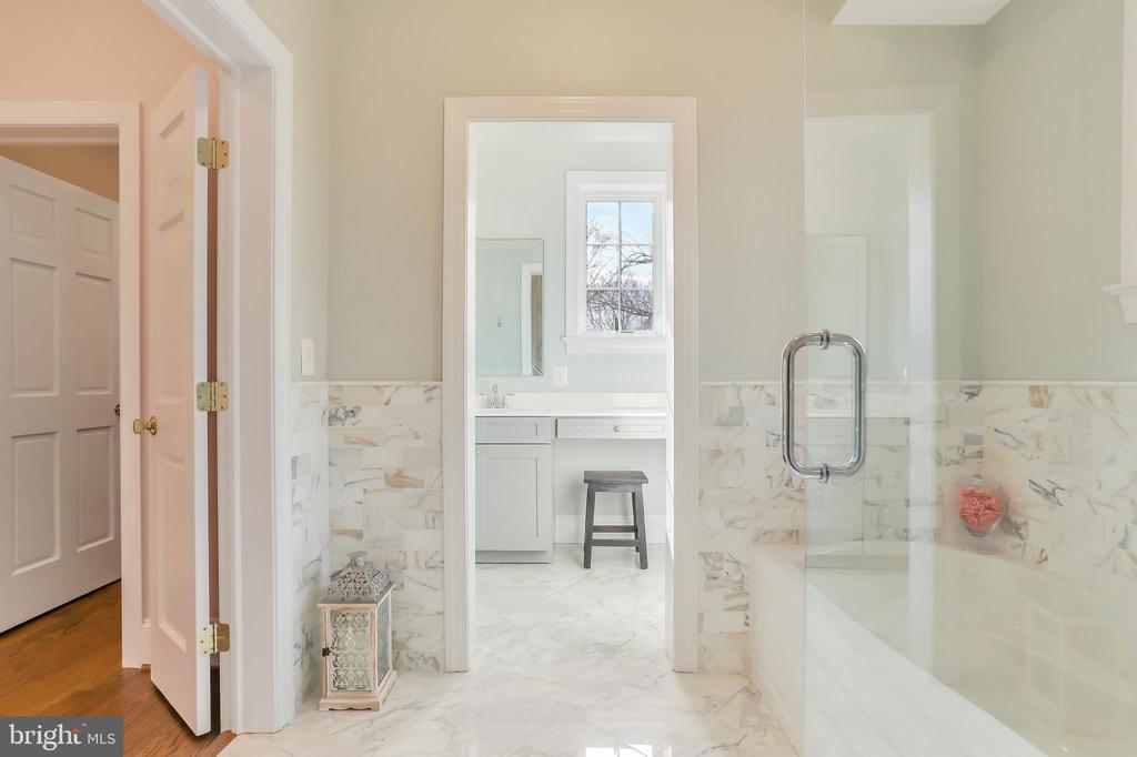 Separate Vanity Area - 20131 DAIRY LN, STERLING