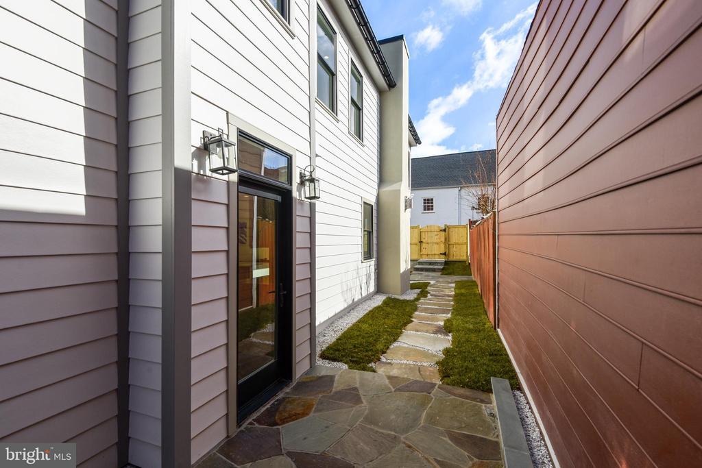 Side Entry Courtyard - 309 N PATRICK ST, ALEXANDRIA
