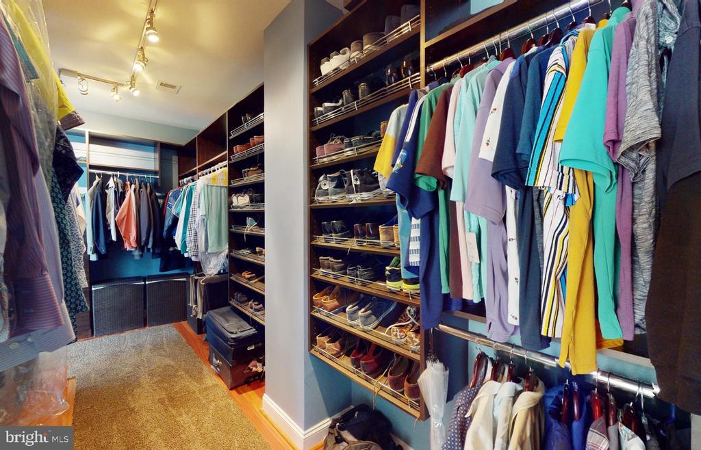 Owner's walk-in closet - 206 GREENHOW CT SE, LEESBURG