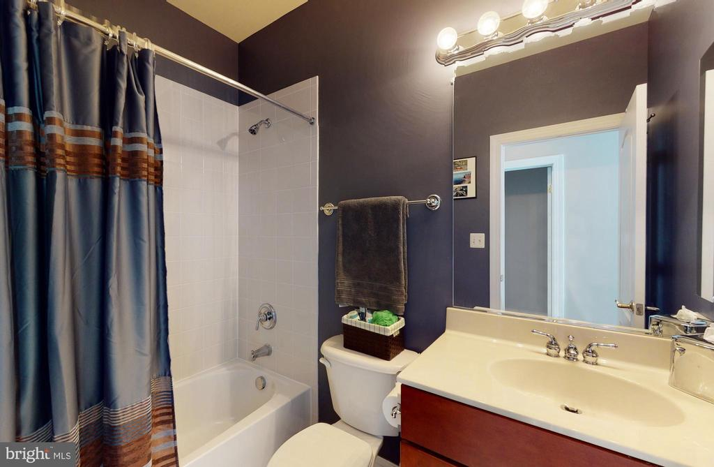 Private bath for guest bedroom - 206 GREENHOW CT SE, LEESBURG