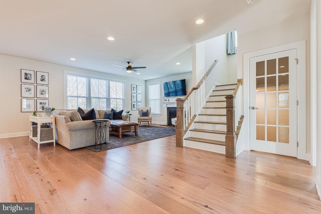 Gleeming Engineered Hardwood Floors on Main Level - 23581 AMESFIELD PL, ALDIE