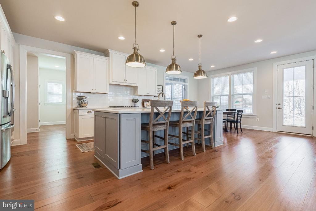 Center Island With Seating - 23581 AMESFIELD PL, ALDIE