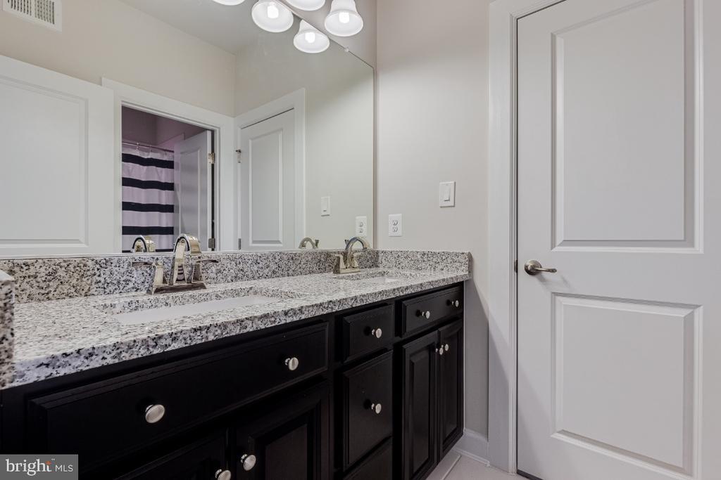Upper Hall Bathroomo - 23581 AMESFIELD PL, ALDIE