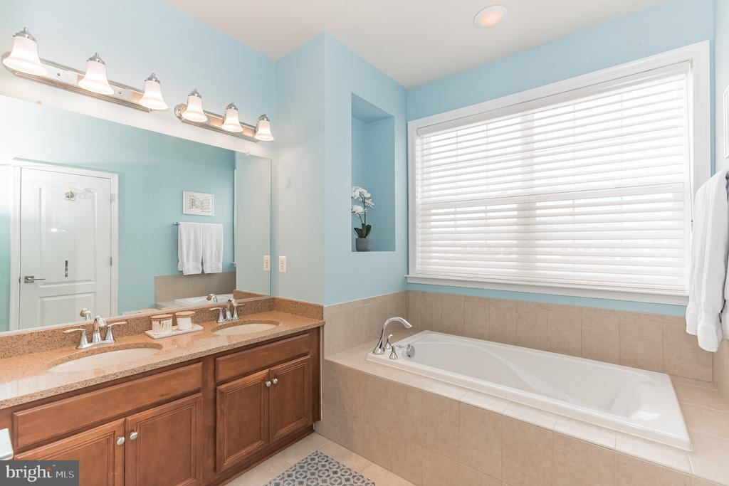 Primary bath with corian counters - 22702 VERDE GATE TER, ASHBURN