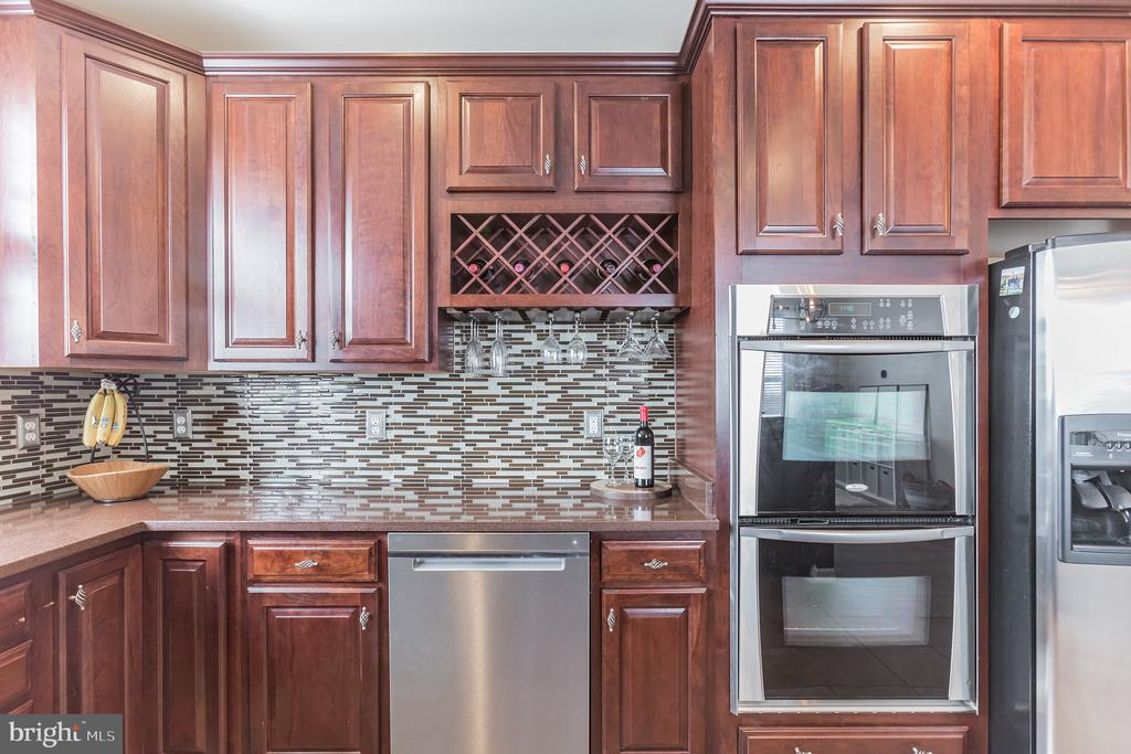 Cherry Cabinetry and SS appliances throughout - 22702 VERDE GATE TER, ASHBURN