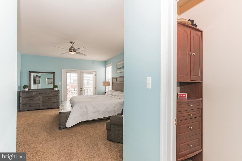 Peek inside owners suite with 2 walk-in closets! - 22702 VERDE GATE TER, ASHBURN