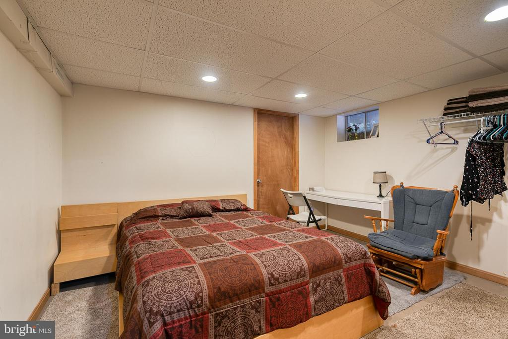 Craft room/NTC bedroom on lower level - 24 CARDINAL DR, FREDERICKSBURG