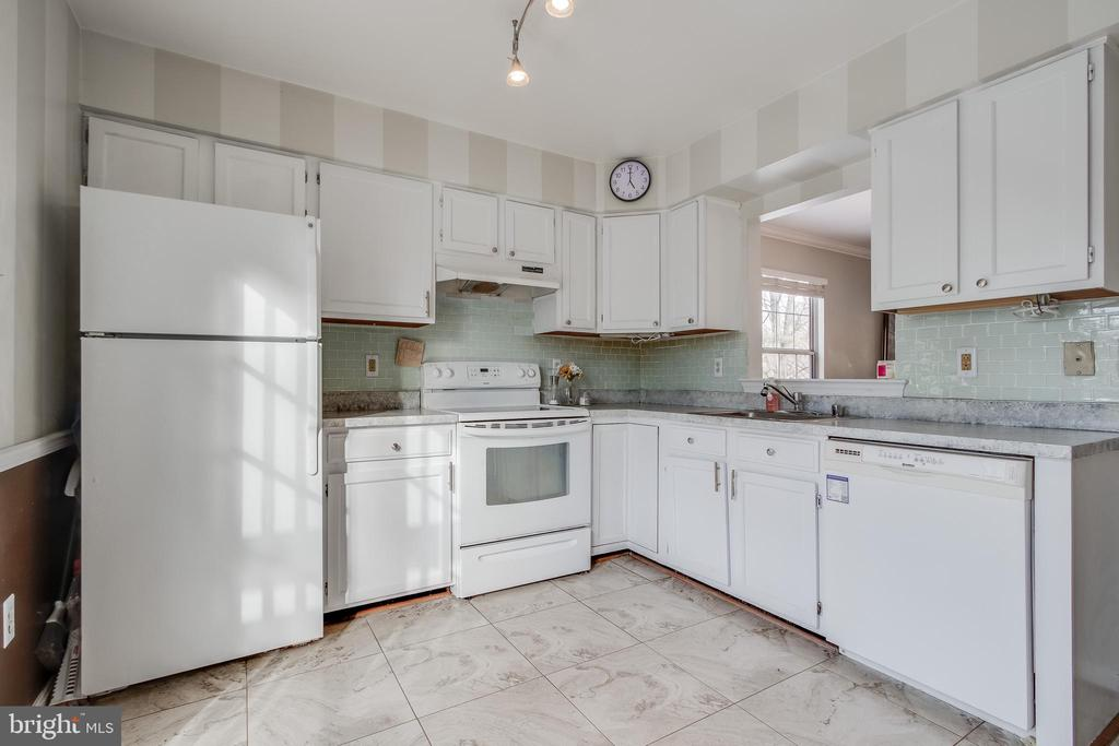 Bright and Open Eat-In Kitchen - 13536 RUDDY DUCK RD, CLIFTON