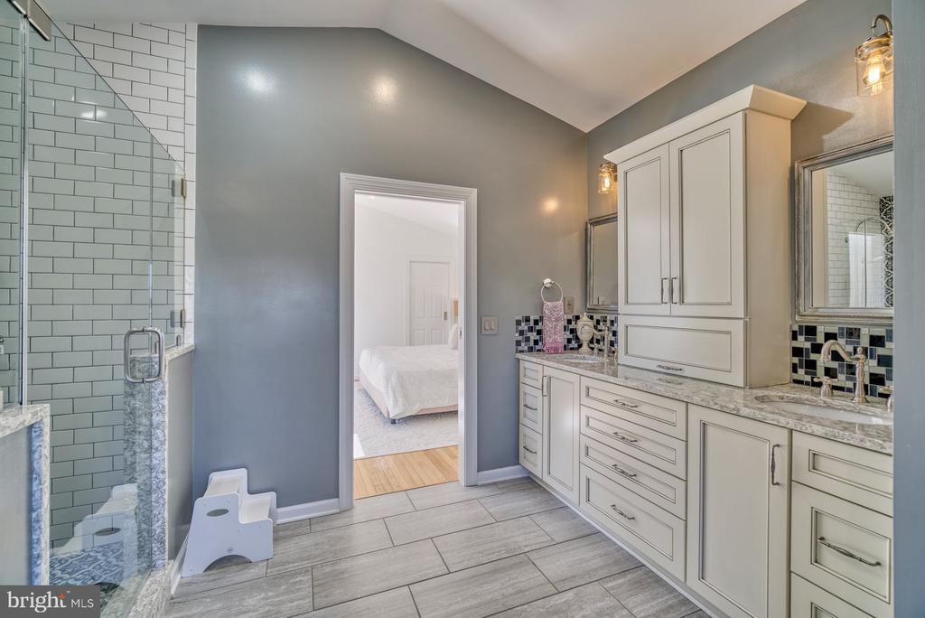 Primary Bathroom has Dual Sinks & Lots of Storage - 21033 FOWLERS MILL CIR, ASHBURN