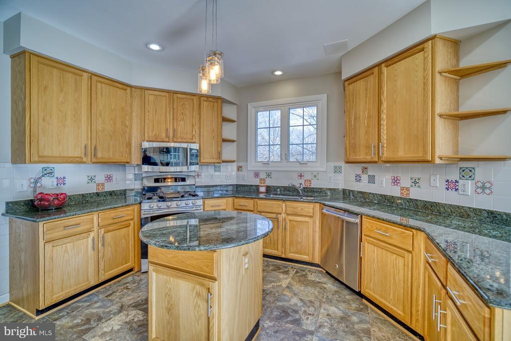 Kitchen has Granite Countertops - 21033 FOWLERS MILL CIR, ASHBURN