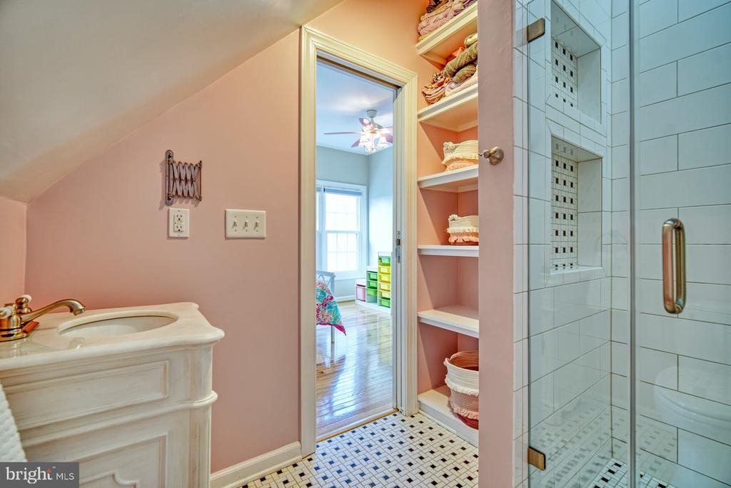 Very Cute Ensuite Bathroom - 21033 FOWLERS MILL CIR, ASHBURN