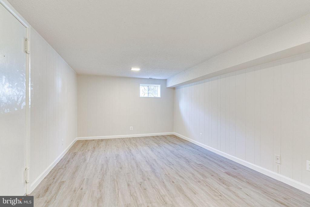 Great lower level bedroom - 2943 S DINWIDDIE ST #A1, ARLINGTON