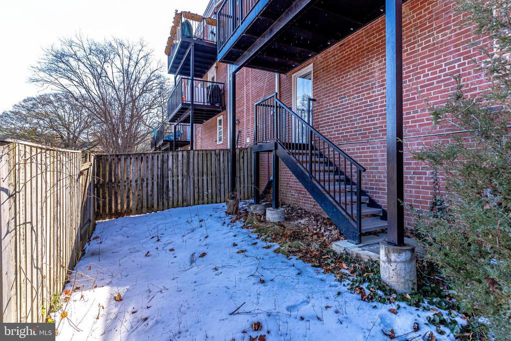 Fully fenced backyard - 2943 S DINWIDDIE ST #A1, ARLINGTON