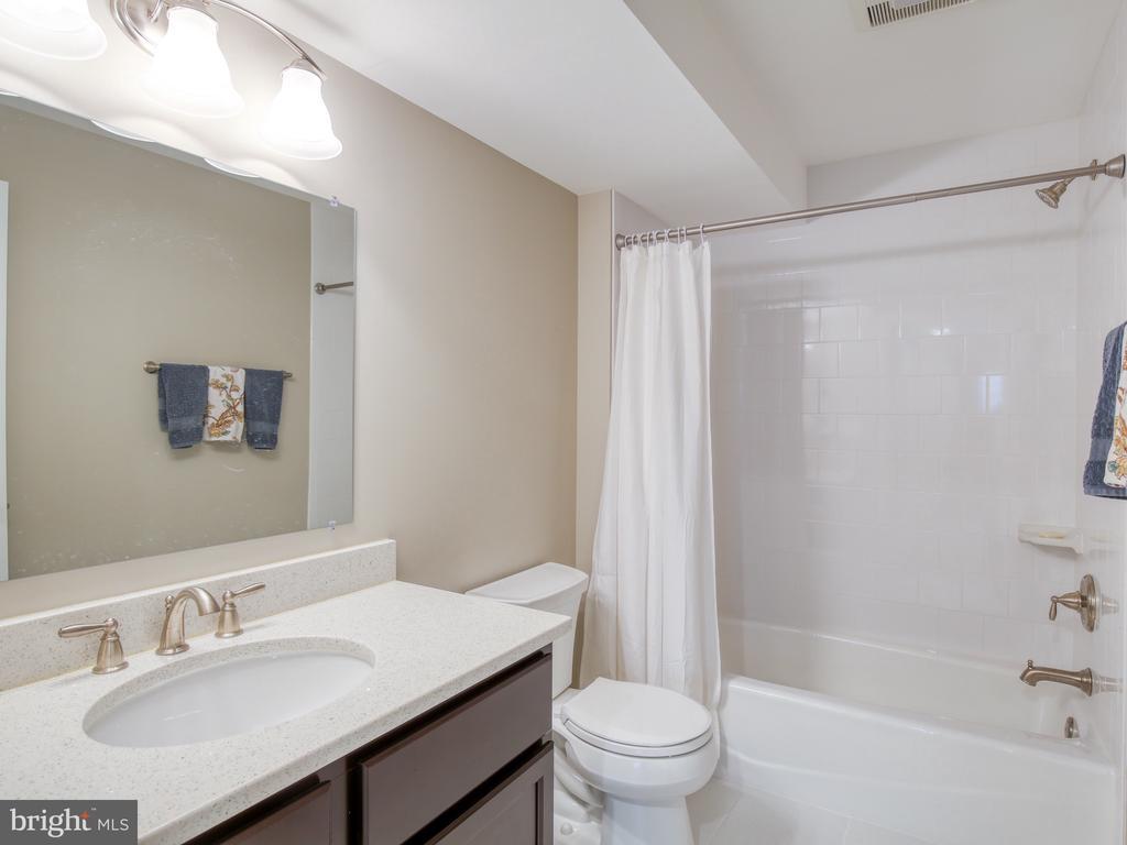 Upper Bedroom #2 Bath - 17260 CREEKSIDE GREEN PL, ROUND HILL
