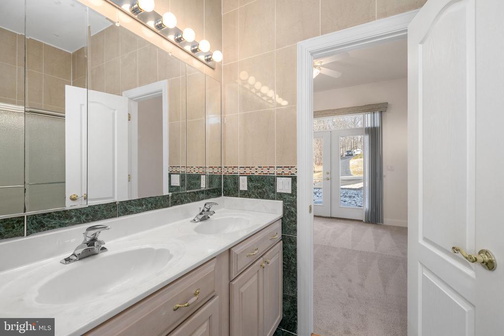 Jack N Jill Bathroom - 3714 FAIRWAYS CT, FREDERICKSBURG