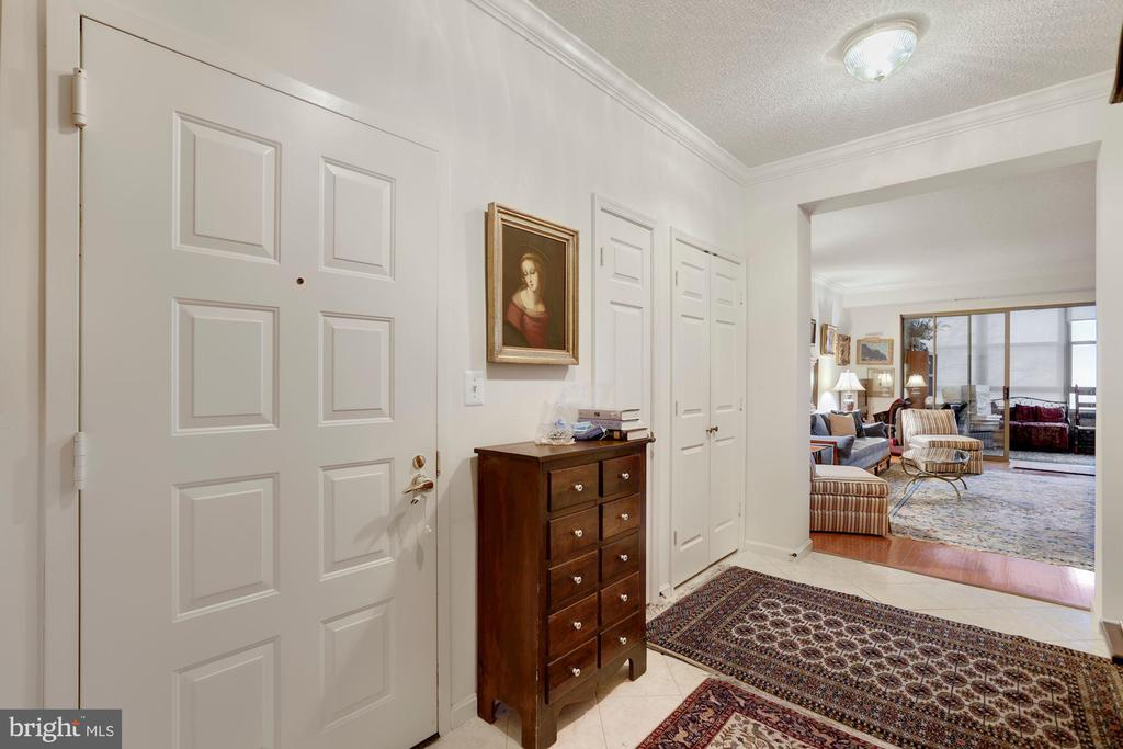 Foyer - 19360 MAGNOLIA GROVE SQ #305, LEESBURG