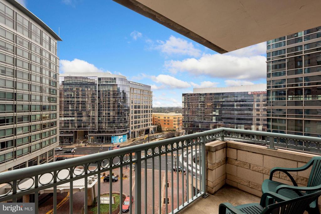 Balcony overlooking courtyard - 851 N GLEBE RD #819, ARLINGTON