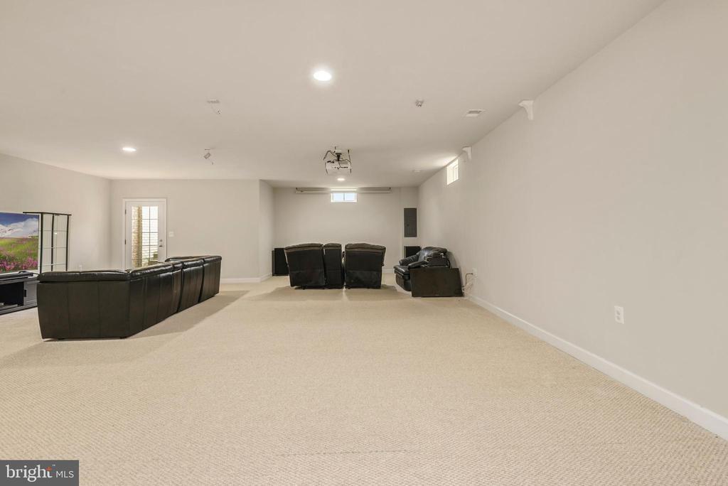 Huge basement recreation room with full bath - 42594 DREAMWEAVER DR, ASHBURN