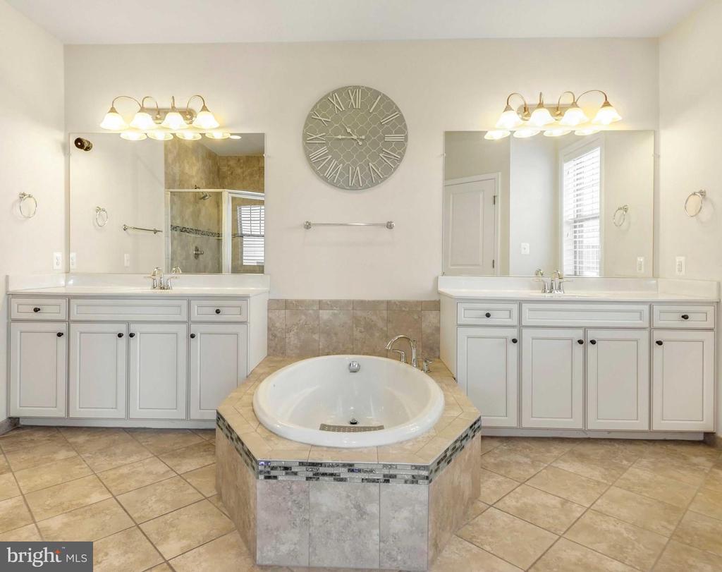 Large soaking tub w/ dual vanities in primary bath - 42594 DREAMWEAVER DR, ASHBURN