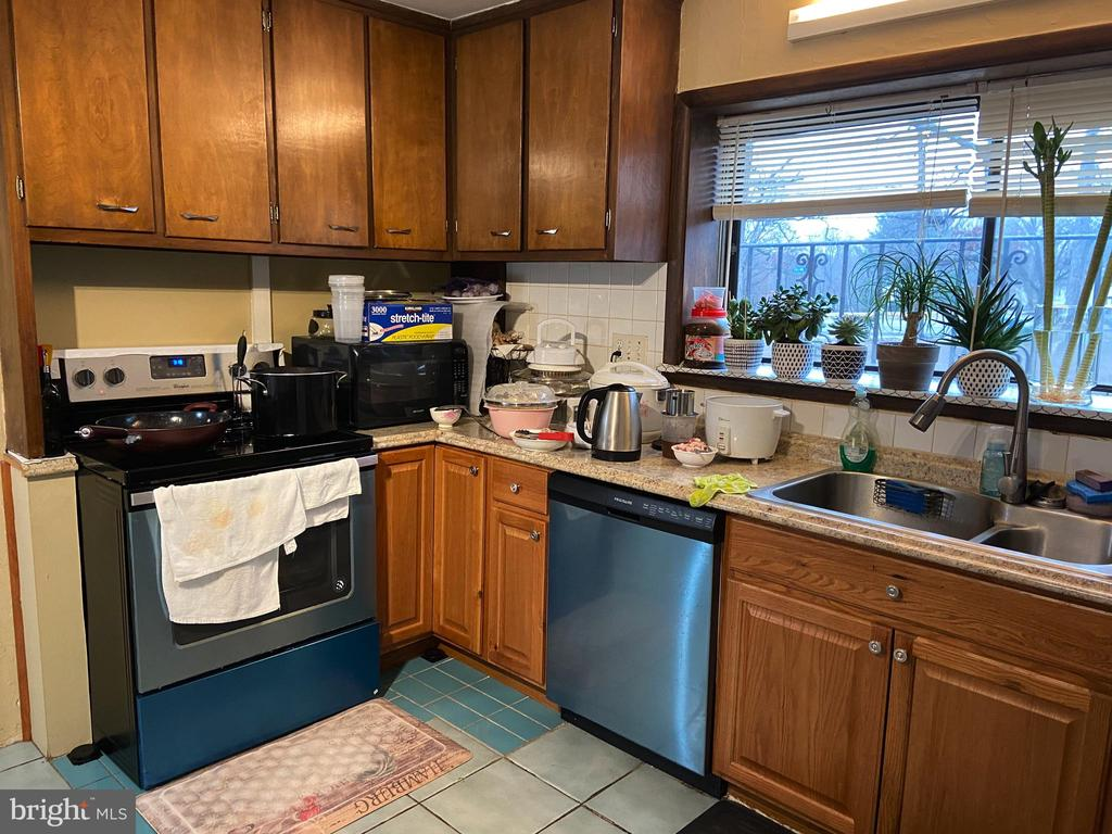 Main floor kitchen - 8341 ROLLING RD, SPRINGFIELD