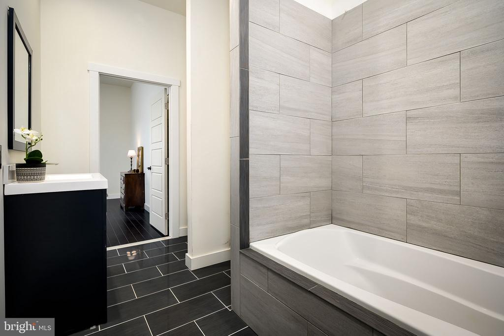Jack & Jill Bathroom - 16195 PURCELLVILLE RD, PURCELLVILLE