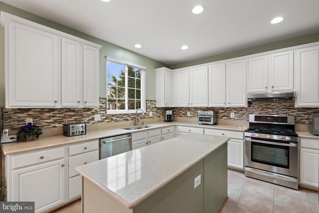 Gorgeous Renovated Kitchen with Backsplash - 18279 MAPLE SPRING CT, LEESBURG