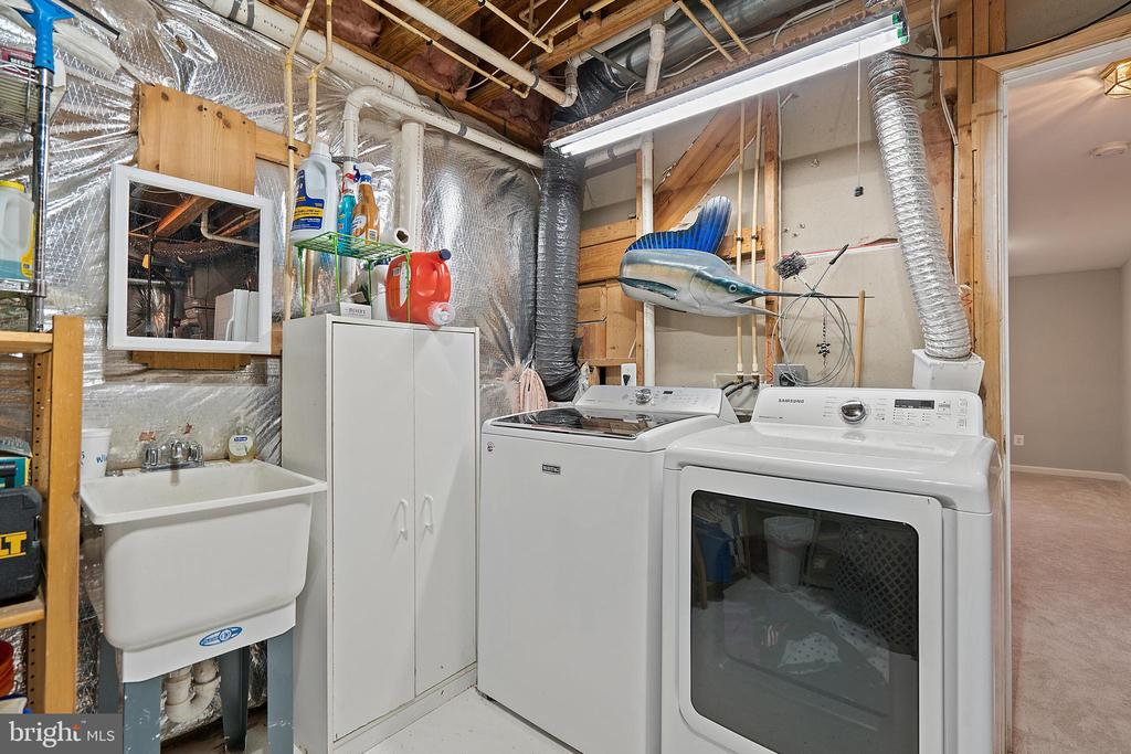 Lower Level Laundry Room with Wet Sink - 18279 MAPLE SPRING CT, LEESBURG