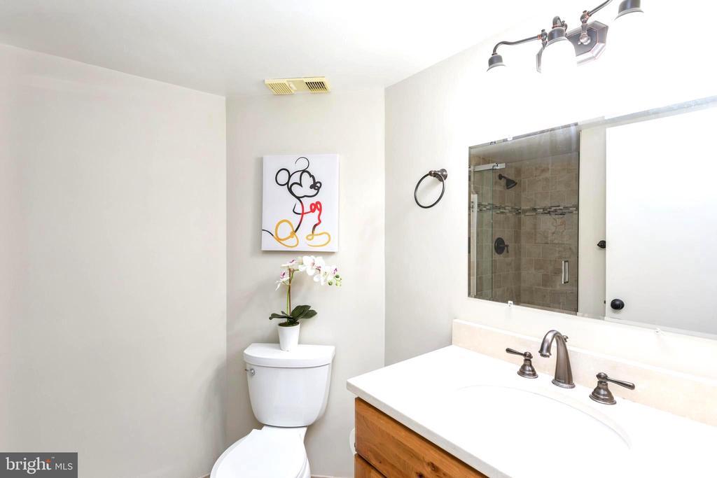 Remodeled spacious hallway full bath with shower - 2100 LEE HWY #G09, ARLINGTON