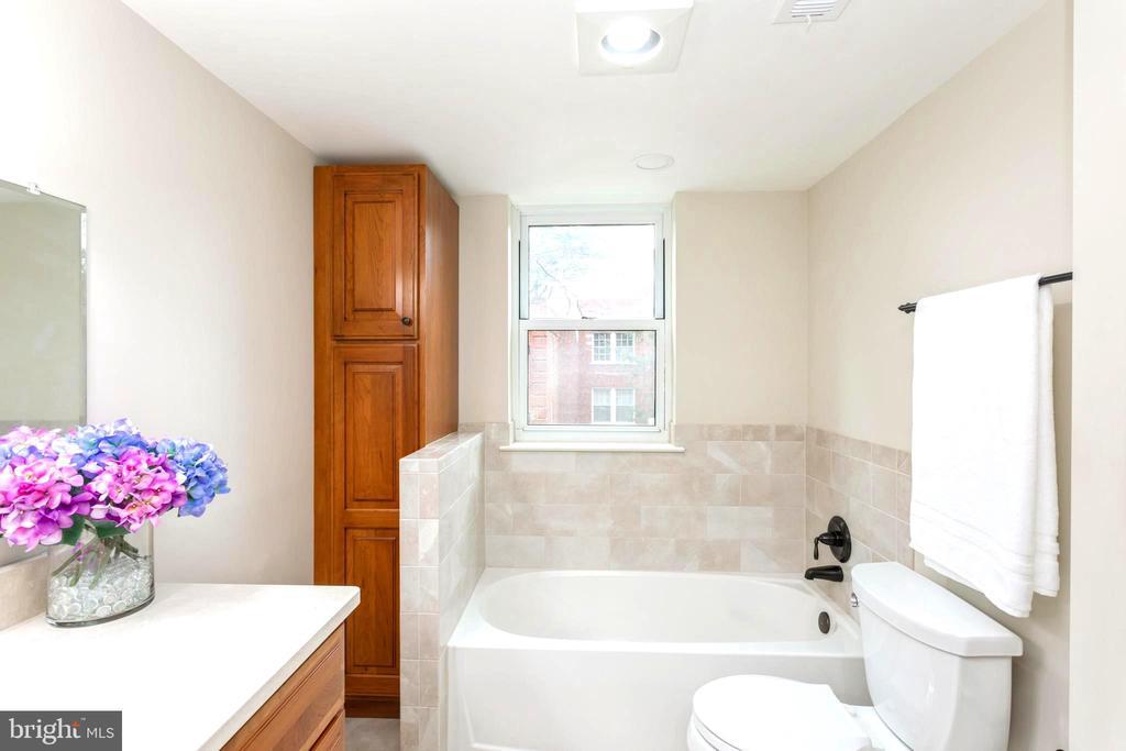 Renovated Master Suite Bathroom's Soaking Tub. - 2100 LEE HWY #G09, ARLINGTON