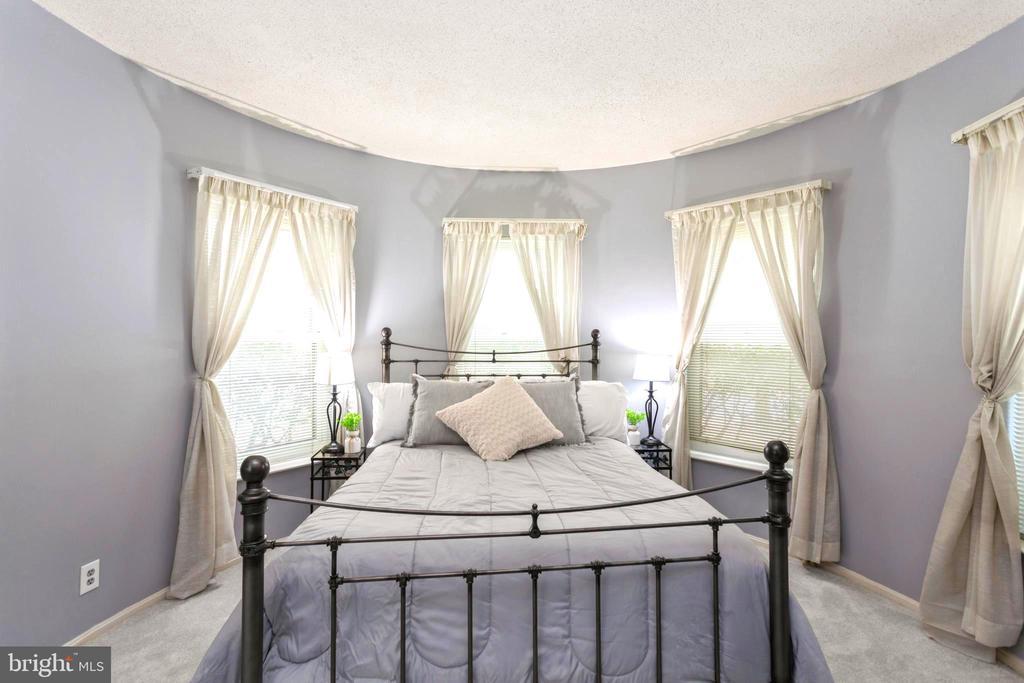 Master Suite Bedroom's four large windows - 2100 LEE HWY #G09, ARLINGTON