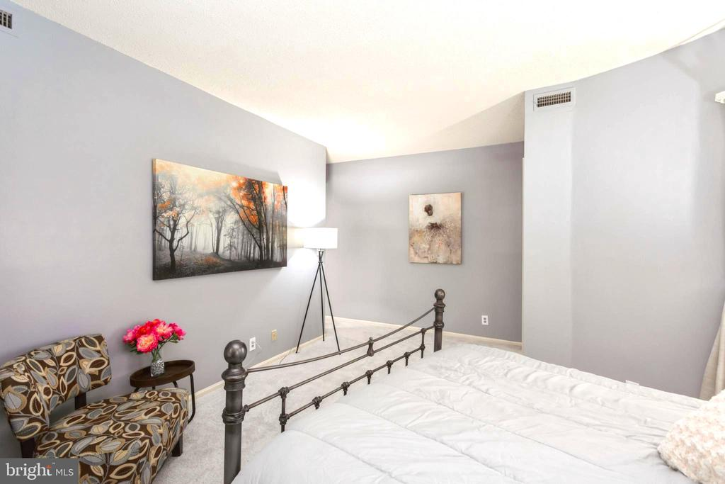 Master Suite Bedroom with brand new carpeting - 2100 LEE HWY #G09, ARLINGTON