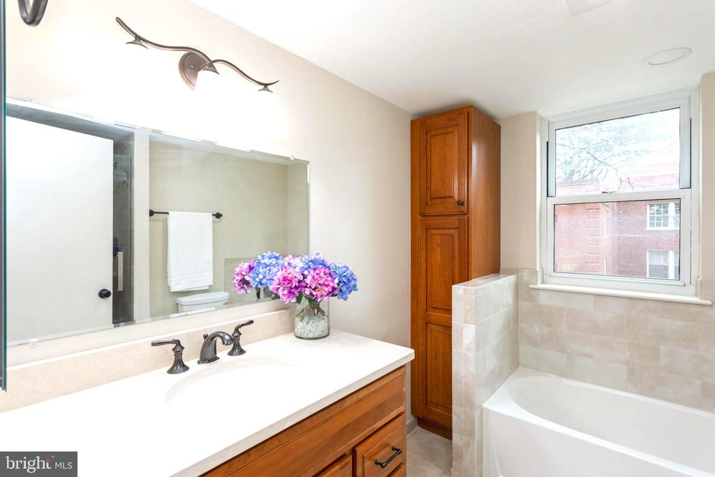Renovated Master Suite Bathroom with tub & shower - 2100 LEE HWY #G09, ARLINGTON