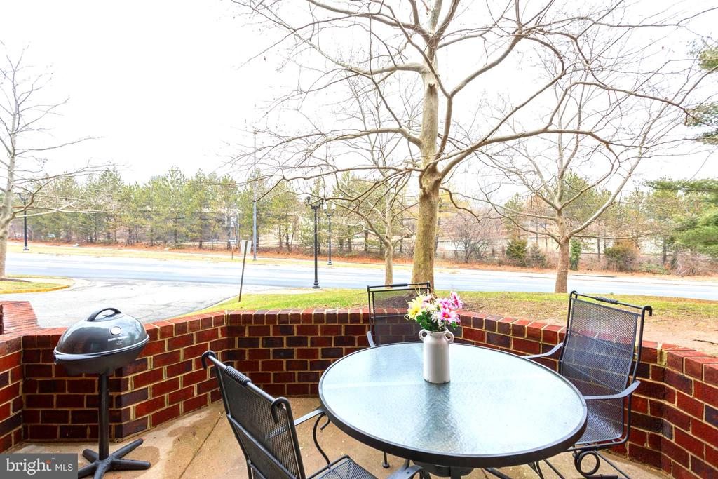 Large open air patio perfect for bbq and drinks - 2100 LEE HWY #G09, ARLINGTON