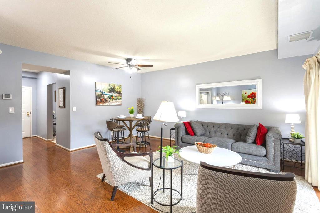 Large living room/dining room for entertaining - 2100 LEE HWY #G09, ARLINGTON