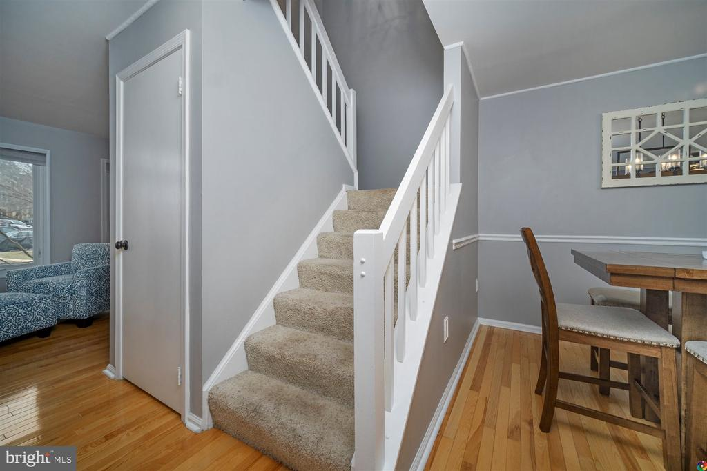 stairs leading to upper level - 1069 NICKLAUS CT, HERNDON