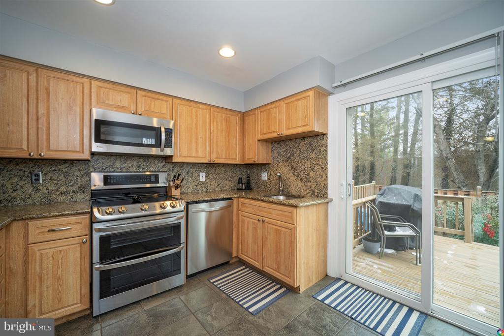 Kitchen and door leading to deck - 1069 NICKLAUS CT, HERNDON