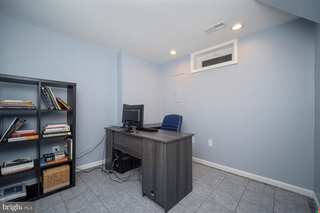 downstairs room perfect for an office - 1069 NICKLAUS CT, HERNDON