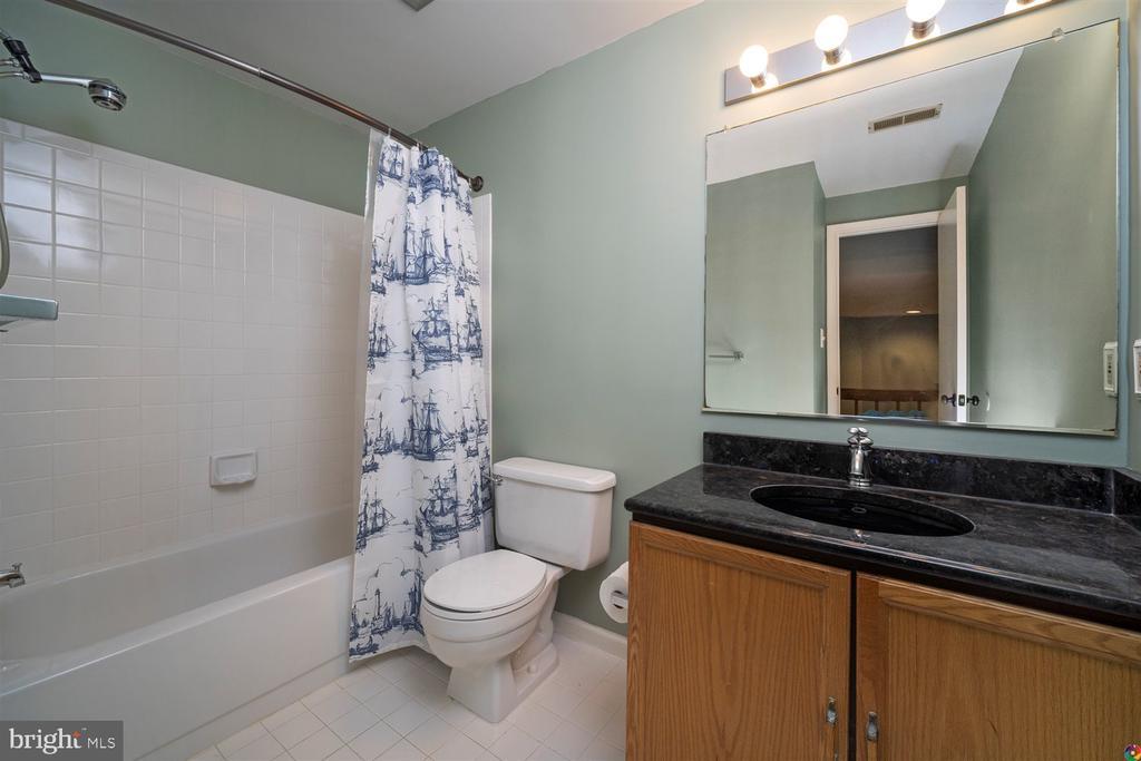 upstairs bathroom - 1069 NICKLAUS CT, HERNDON