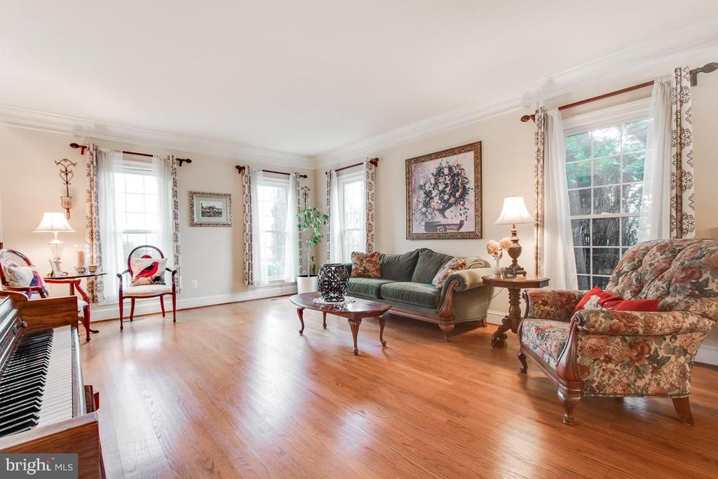 Large dining room with gleaming hardwood floors - 20277 DAWSON MILL PL, LEESBURG