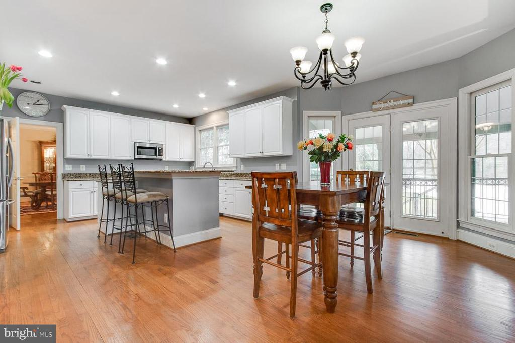 Large kitchen with white cabinets - 20277 DAWSON MILL PL, LEESBURG