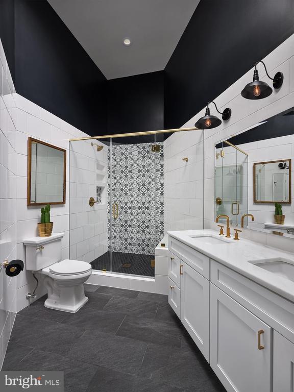 Modern updates throughout owner's bathroom - 20757 PARKSIDE CIR, STERLING