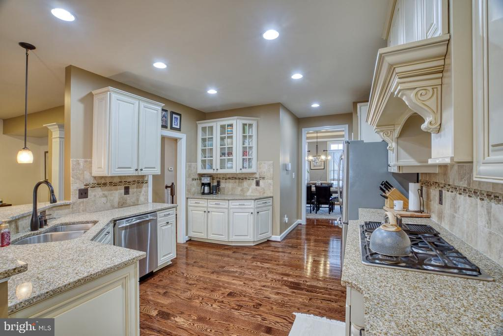 Upgraded gourmet kitchen - 24955 EARLSFORD DRIVE, CHANTILLY