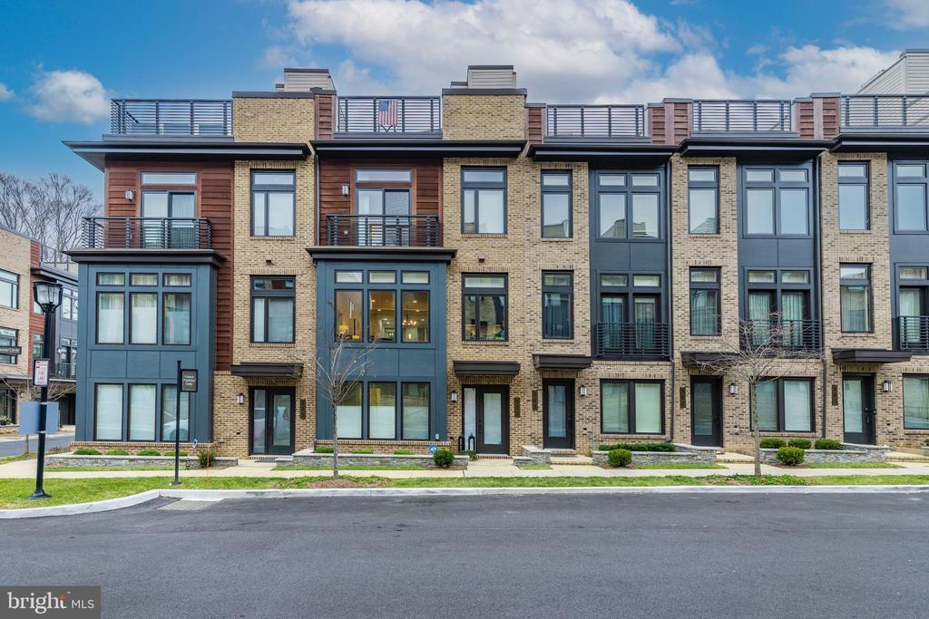 Tastefully Designed Grosvenor Heights Community - 171 WINSOME CIR, BETHESDA
