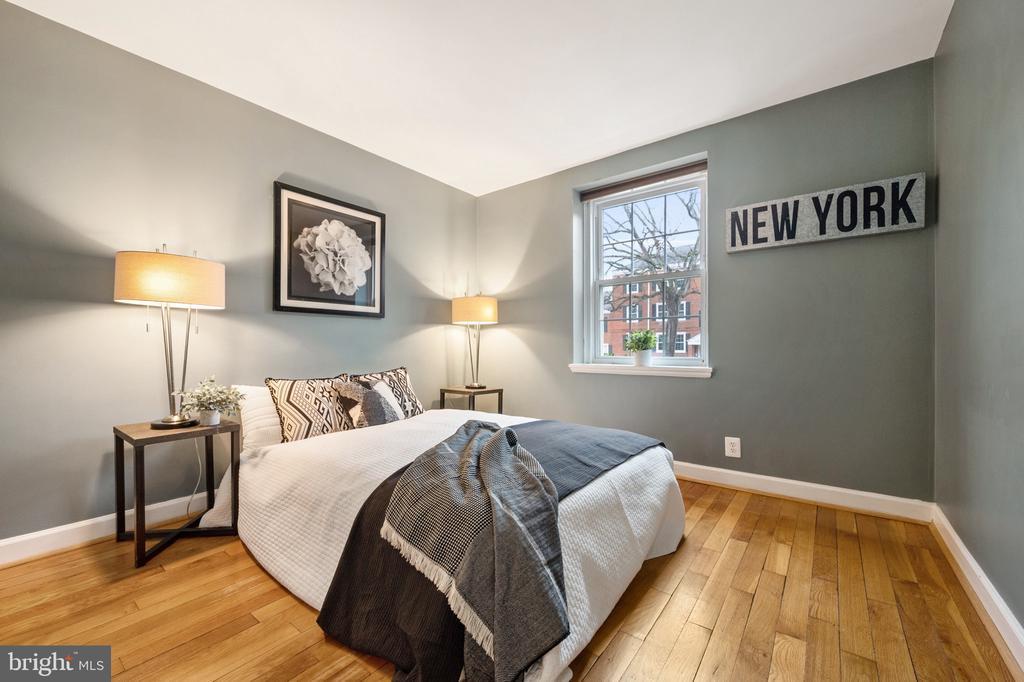 First floor bedroom with hardwood floors - 2971 S COLUMBUS ST #A1, ARLINGTON
