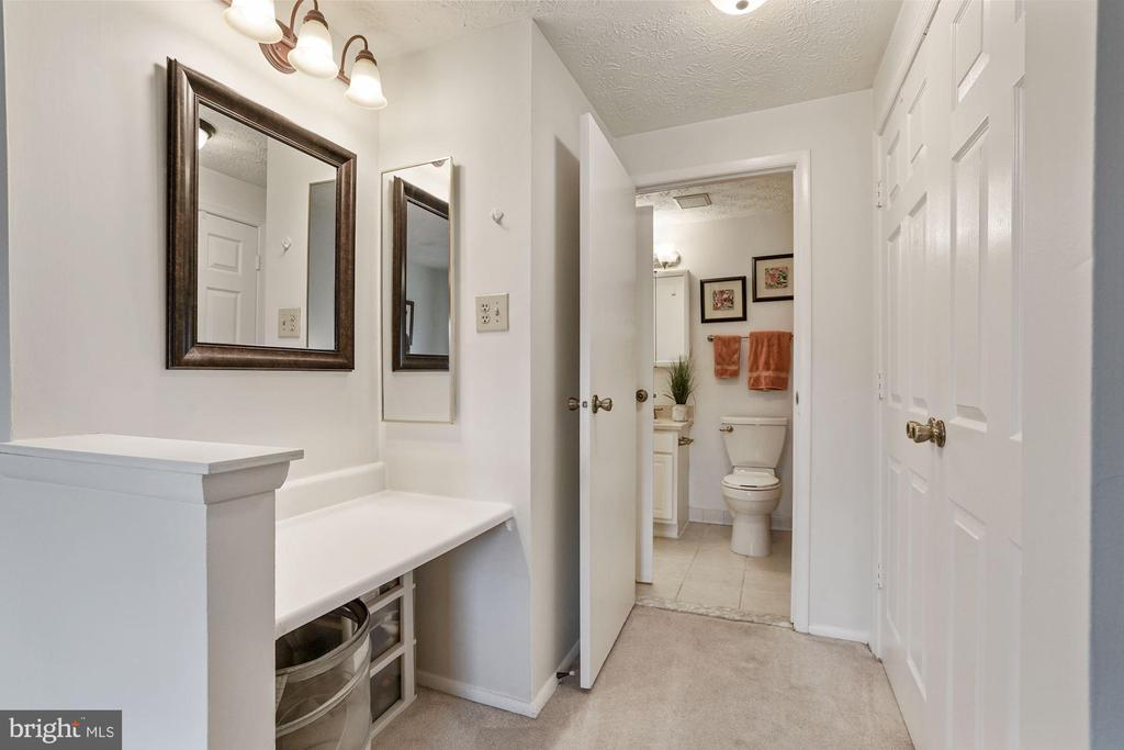Make-up/office nook in the master - 2810 S MEADE ST, ARLINGTON