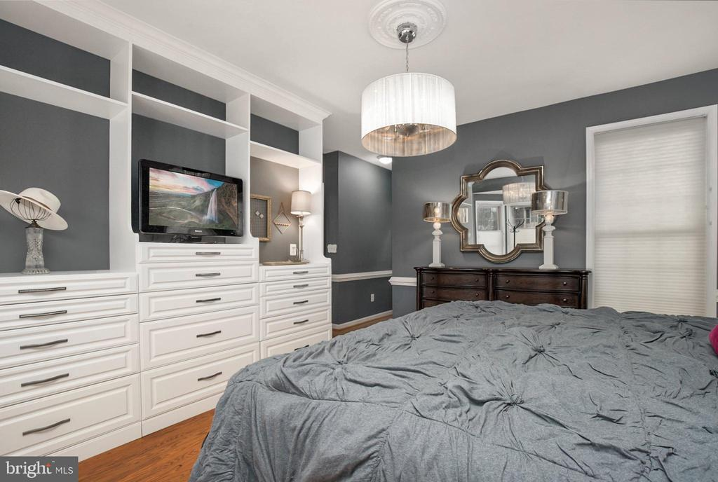 Owners suite with built in custom cabinets - 20757 PARKSIDE CIR, STERLING