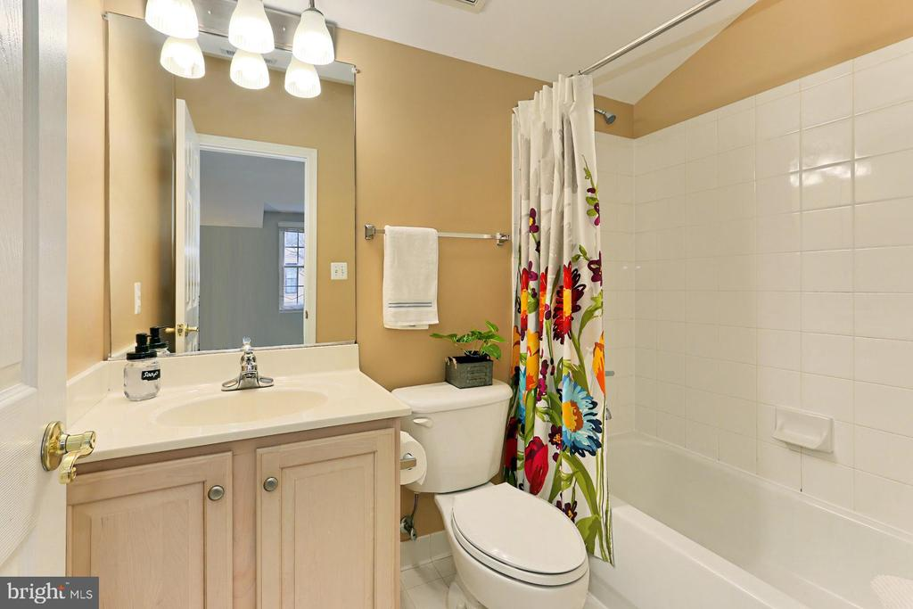 In-Law Suite Full Bath - 425 PARK AVE, FALLS CHURCH